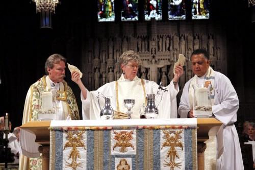 La Muy Rda. Tracey Lind, deana de la catedral episcopal de la Trinidad en Cleveland, celebra la eucaristía con el obispo de Ohio, Mark Hollingsworth Jr., a la izquierda, y el Rdo. Canónigo Will Mebane. Foto de San Hubish