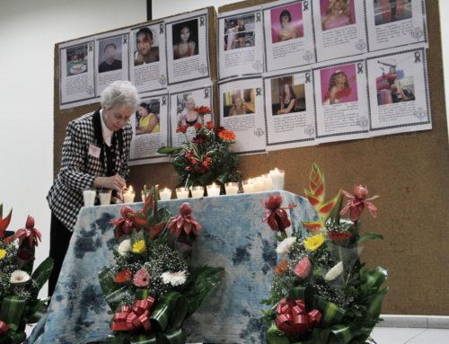 Una mujer enciende velas por las víctimas de crímenes de odio durante un oficio de recordación celebrado el 14 de marzo durante la primera conferencia que se celebra sobre los derechos humanos de homosexuales, bisexuales y transexuales en la Universidad de América Central. Foto de Lynette Wilson para ENS