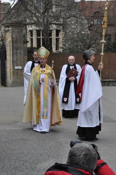 El arzobispo de Cantórbery, Justin Welby, se dirige en procesión a la catedral de Cantórbery para su entronización. Foto de Matthew Davies para ENS.