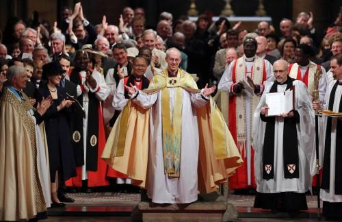 El recién entronizado arzobispo de Cantórbery Justin Welby le imparte a la congregación la paz De Cristo Foto ACNS, cortesía de Press Association.