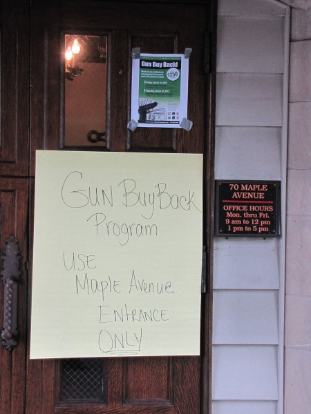Un letrero en la casa parroquial de la iglesia episcopal de San Pedro, en Morristown, Nueva Jersey,  orienta a los participantes en el programa de recuperación anónima de armas de fuego del condado el 16 de marzo. Foto de Sharon Sheridan.