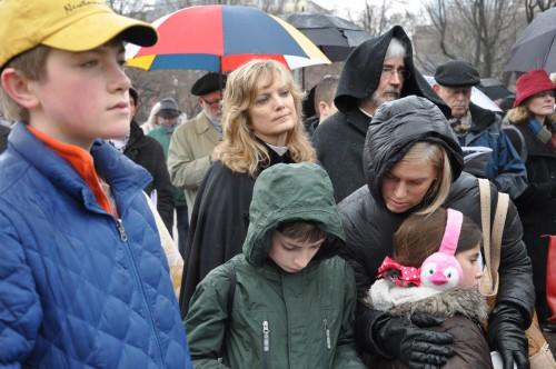 Clérigos y laicos de todas las edades acudieron de todo el nordeste para asistir al Via crucis: un desfile en Washington D.C., el 25 de marzo, en desafío a una cultura de la violencia. Foto de Mary Frances Schjonberg para ENS.