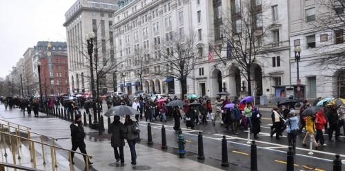 El 25 de marzo, cerca de 400 personas recorrieron devotamente la avenida Pensilvania en un Washington frío y lluvioso, desde la Casa Blanca hasta el Capitolio federal para hacer un llamado a ponerle fin a la violencia. Foto de  Mary Frances Schjonberg para ENS.