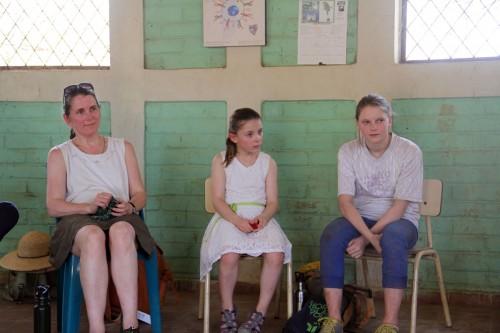 Sarah Hill y sus hijas, Grace y Zoe, durante una reunión con miembros de la comunidad en El Carmen. Foto de Lynette Wilson para ENS.