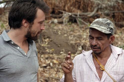 Noah F. Bullock, director ejecutivo de la Fundación Cristosal, conversa con Andrés Rosa Pérez, uno de los líderes comunitarios en El Carmen. Foto de Lynette Wilson para ENS.