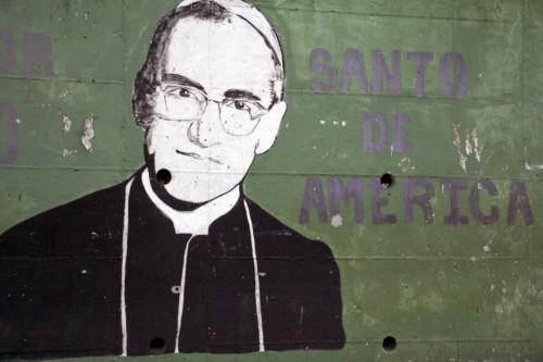 """En este mural, en un muro de Mejicanos, una municipalidad cercana a San Salvador, a Oscar Romero se le llama """"Santo de América"""". Para muchos salvadoreños, Romero fue la """"voz de los que no tenían voz"""". Foto de Lynette Wilson para ENS."""