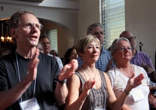 Walt Dark, Joanne Sutton y Mary Smith, miembros de la iglesia episcopal de la Transfiguración en Indian River, dan palmadas durante una presentación de alabanza y danza en la catedral episcopal de la Epifanía en Santo Domingo el 13 de abril. Foto de Lynette Wilson para ENS.