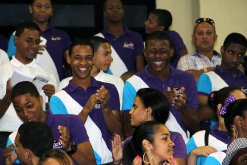 Estudiantes en representación de una docena de escuelas episcopales asistieron a la eucaristía del 14 de abril en Santo Domingo. Foto de Lynette Wilson para ENS.