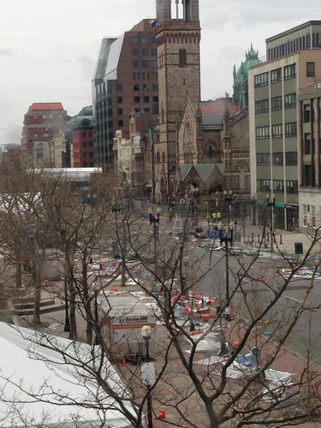 Aún podían verse escombros en las calles cercanas a la iglesia de La Trinidad de Copley Square, seis días después de las bombas que explotaron en la Maratón de Boston. Foto de la iglesia de La Trinidad.