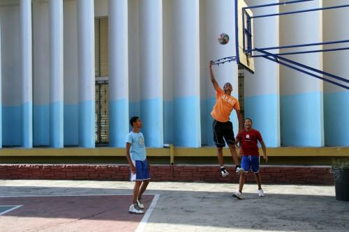 Adolescentes juegan baloncesto en Todos los Santos, La Romana. Foto de Lynette Wilson para ENS.