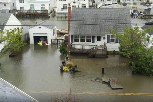 Beach Haven, Nueva Jersey, se muestra inundada poco después de que el huracán Sandy arrojara un muro de agua en este pueblo de Long Beach Island. Foto de LBI.net.