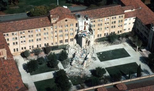 Una persona murió en el Seminario de San José, en Los Altos, California, cuando una torre se desplomó durante el terremoto de Loma Prieta en 1989, un temblor de 6,9 de magnitud que afectó la zona de la bahía de San Francisco. Foto de U.S. Geological Survey.