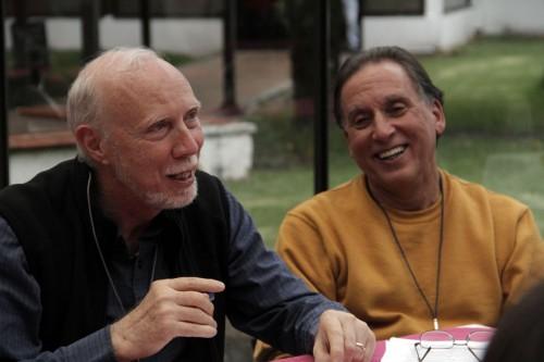El Rdo. Richard Kunz, ex director ejecutivo de El Hogar, un centro de acogida para muchachos y muchachas en Tegucigalpa, Honduras, y Charlie Nakash, misionero episcopal en la diócesis de la República Dominicana, participan en una pequeña discusión de grupo en la Conferencia de la Red Global de la Misión Episcopal en Bogotá. Foto de Lynette Wilson para ENS.