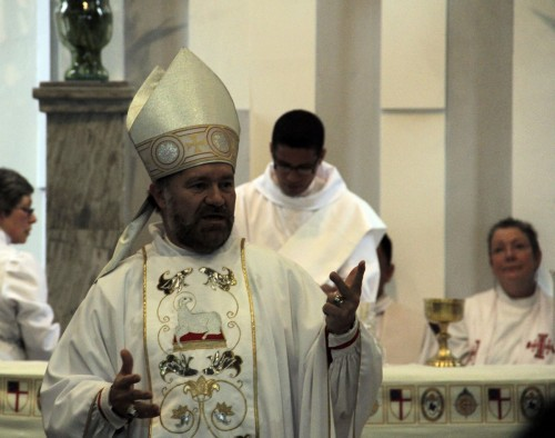El obispo de Colombia, Francisco Duque-Gómez, les da la bienvenida a los asistentes a la conferencia de la Red Global  de la Misión Episcopal durante una eucaristía celebrada el 5 de mayo en la catedral de San Pablo en Bogotá. Foto de Lynette Wilson para ENS.
