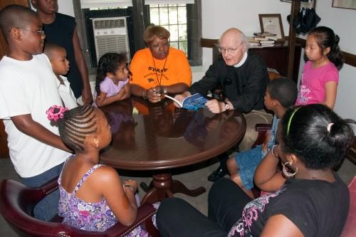 El deán William Lane dirige un estudio bíblico durante un campamento de verano en 2010 en la catedral de San Juan, Wilmington, Delaware. Foto de Danny N. Schweers/www.photoprayer.com