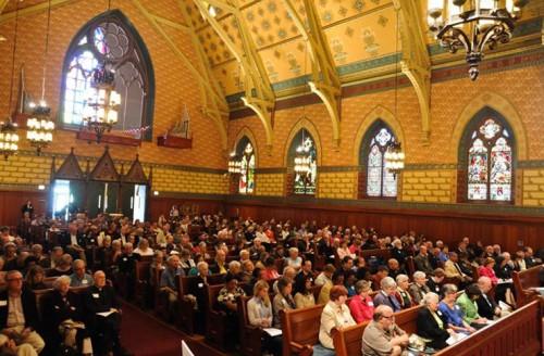 Miembros de la convención de la Diócesis de Chicago se reúnen en la catedral de Santiago Apóstol [St. James] de esa ciudad para aprobar su reunificación con la Diócesis de Quincy. Foto de Brian J. Morowczynski/Diócesis de Chicago.