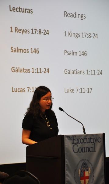Liza Anderson, miembro del Comité Ejecutivo proveniente de Connecticut, lee la lección del Antiguo Testamento el 9 de junio durante la celebración de la Santa Eucaristía bilingüe del Consejo. Foto de Mary Frances Schjonberg para ENS.