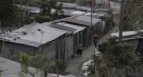 La población de La Anémona se mudó a esta estrecha franja de tierra en 2009 entre la frecuentada carretera Panamericana y una instalación de graneros abandonados propiedad del gobierno, luego de que las fuertes lluvias y los deslaves destruyeran su comunidad que se encontraba en la ladera de una colina.  Foto de Lynette Wilson para ENS.