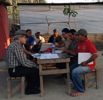 En marzo, José Oswaldo López, el tercero de derecha a izquierda, uno de los abogados de Cristosal, y líderes comunitarios de La Anémona se reunieron con David Rodríguez, a la izquierda, delegado del partido FMLN, para dialogar sobre un proyecto de ley que legalice la tierra en la que vive la gente de La Anémona. Foto de la Fundación Cristosal.