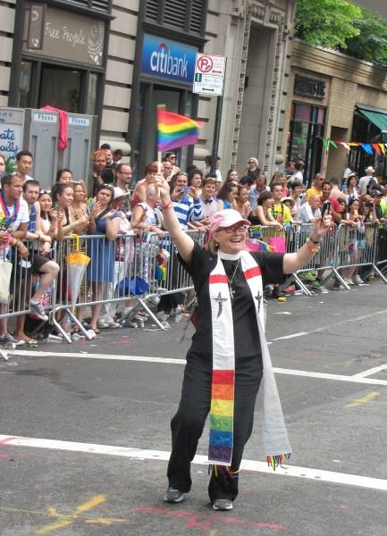 Llevando una estola que hizo para oficiar en su primera boda [de una pareja] homosexual, la Rda. Susan Copley, rectora de la iglesia episcopal de Cristo y de la misión de San Marcos en Tarrytown, Nueva York, participa en el Desfile del Orgullo Homosexual en Nueva York el 30 de junio. Foto de Sharon Sheridan para ENS.