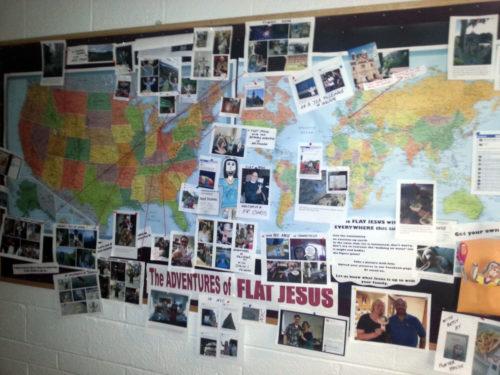 Tablilla de anuncios en la iglesia episcopal de Santiago Apóstol Birmingham, Michigan, registra los viajes de Jesús Plano. Foto de Chris Gannon