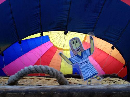 Jesús Plano viajando en un globo aerostático. Foto de Chris Gannon.