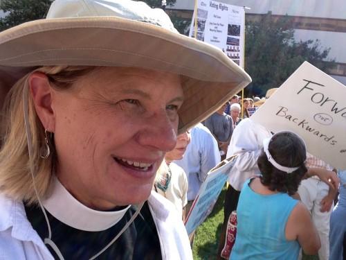 La Rda. Lisa Fischbeck, vicaria de la iglesia episcopal del Intercesor [Advocate] en Chapell Hill, Carolina del Norte, participa regularmente en las protestas del Lunes Moral en la capital del estado.