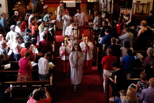 Miembros de la iglesia episcopal de San Pablo en Bakersfield, California, celebraron un oficio el 28 de julio para festejar el regreso a la propiedad de su iglesia. Foto de Autumn Parry para el Bakersfield Californian.