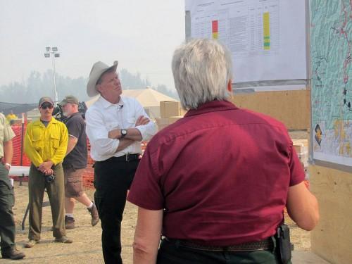 """El gobernador de Idaho,  Clement Leroy Otter (""""Butch"""" ) recibe un informe sobre el incendio de Beaver Creek del jefe del Comando de Incidentes Beth Lund (de espaldas a la Cámara). El incendio forestal de Beaver Creek es ahora mismo la primera prioridad de este tipo de incidentes en Estados Unidos. Foto del Equipo #1 del Control Nacional de Incidentes de la Gran Cuenca."""