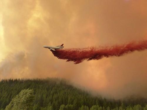 Un avión tanque DC10 lanza líquido retardador de fuego sobre el incendio forestal de Beaver Creek en Greenhorn Gulch. Foto del Equipo #1 del Control Nacional de Incidentes de la Gran Cuenca.