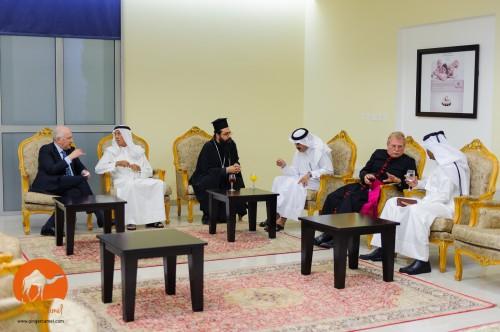 El Rdo. Bill Schwartz se reúne con dignatarios qataríes antes de la ceremonia de apertura del Centro Anglicano. Foto de Ginger Camel.