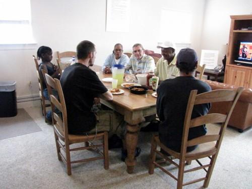 Algunos clientes y empleados se reúnen para almorzar en el Centro de Recursos Comunitarios, auspiciado por la Asociación de Iglesias de Lewes-Rehoboth en el sur de Delaware. Al centro lo administran fundamentalmente voluntarios capacitados y es financiado en gran medida por una tienda de artículos de uso que dirige la asociación. La comunidad también ha brindado ayuda; por ejemplo, cuando se remodeló el local, la sucursal bancaria del PNC donó algunos muebles. Foto de Sharon Sheridan.
