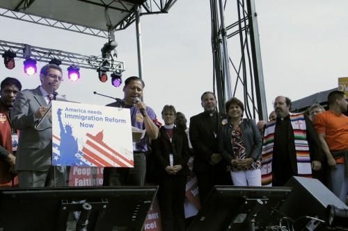 La obispa de Washington, Mariann Edgar Budde, al centro, participó en un culto con líderes interreligiosos en el Paseo Nacional [National Mall] el 8 de octubre como parte de la Marcha por la Dignidad y el Respecto de los Inmigrantes. Foto de Lynette Wilson para ENS.