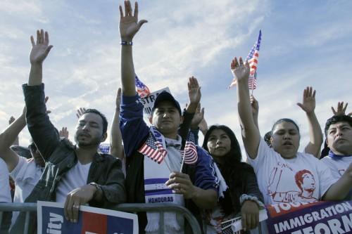 Miles de inmigrantes reunidos el 8 de octubre en el Paseo Nacional [National Mall] como parte de Camino Americano, la Marcha por la Dignidad y el Respeto de los Inmigrantes. Foto de Lynette Wilson para ENS.