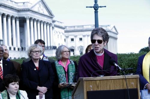 La obispa primada Katharine Jefferts Schori habla durante una conferencia de prensa frente al Capitolio de Washington, D.C. el 8 de octubre. La conferencia de prensa  fue organizada como parte de la Cumbre sobre la Inmigración del Servicio Mundial de Iglesias, que tuvo lugar el 7 y 8 de octubre. Foto de Lynette Wilson para ENS.