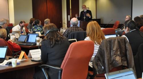 Mark Hanson, obispo presidente de la Iglesia Evangélica Luterana en América, da la bienvenida al Consejo Ejecutivo a su reunión del 15 al 17 de octubre en las oficinas denominacionales de la IELA en las inmediaciones del Aeropuerto Internacional O'Hare de Chicago. Foto de  para ENS.