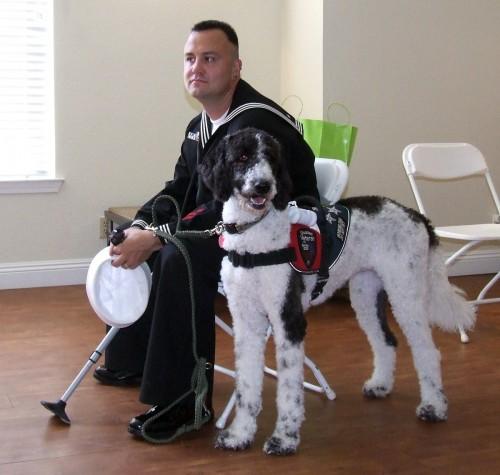 Jerry Padgett con Bayley, su perro de servicio. Foto por cortesía de Terry Sandhoff.