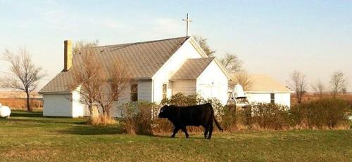 La iglesia episcopal de Santiago en Cannon Ball, Dakota del Norte, antes de que un incendio destruyera la propiedad el 25 de julio de 2012.