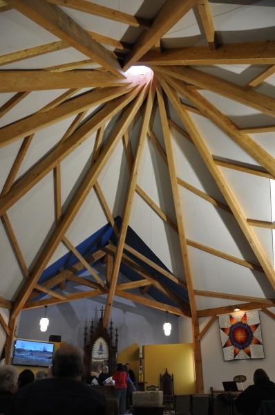 El techo de la nueva iglesia episcopal de Santiago en Cannon Ball, Dakota del Norte evoca una tienda nativoamericana y un atrapasueños. Foto de Mary Frances Schjonberg para ENS.