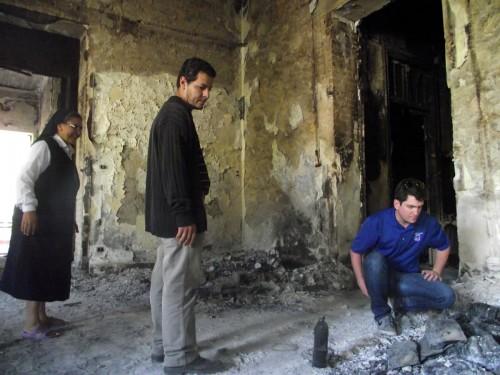 De izquierda a derecha, la madre superiora del convento e iglesia católica del Buen Pastor, en Suez; el guía Wael Fahim y Gavin Rogers supervisando los daños después que el Buen Pastor fuera atacado y quemado durante un brote de violencia en agosto pasado. Foto de Matthew Aragonés.
