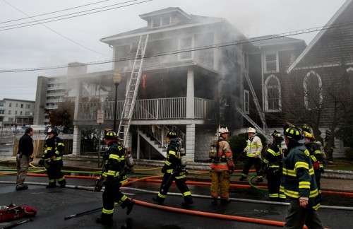Los bomberos de Ocean City luchan por extinguir un incendio en la rectoría de la iglesia de San Pablo del Mar, en la mañana del martes 26 de noviembre. Foto de Grant L. Gursky.