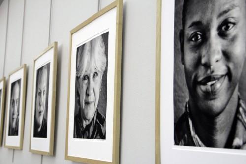 Retratos de las 12 narradoras tomados por el fotógrafo local Andrew Kilgore colgaban de la pared en la iglesia episcopal de San Pablo durante la representación externa y fueron puestas en atriles de madera detrás de las actrices durante el programa interno. Foto de Lynette Wilson para ENS.