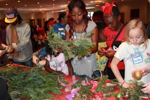 Unos niños hacen coronas como parte de la fiesta anual de Navidad que les brinda New Hope Oklahoma Foto de la Rda. Judy Gann.