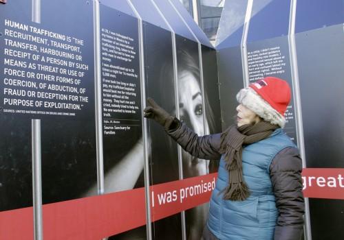 Rita Fishman, que representa al Consejo Internacional de Mujeres Judías en el Comité para Combatir la Trata de Personas, explica el origen y propósito de la caja de regalo [GIFT] de la ONU. Foto de Lynette Wilson para ENS.