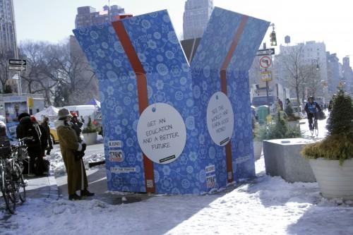Una enorme caja de regalos [GIFT box] de la ONU, que vista desde afuera pareciera que contiene un presente, pero que en su interior cuenta relatos de víctimas de la trata de personas, se exhibe en Broadway y la calle 17, frente a Union Square, en Nueva York, hasta el 2 de febrero. Esta suerte de instalación está auspiciada por el Comité contra la Trata de Personas, una ONG de Naciones Unidas. Foto de Lynette Wilson para ENS.
