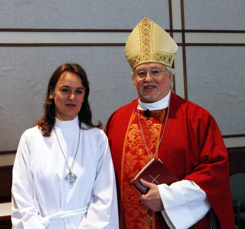 La Rda. Fanny Sohet Belanger con el obispo Pierre Whalon. Foto de Harvey Bale.