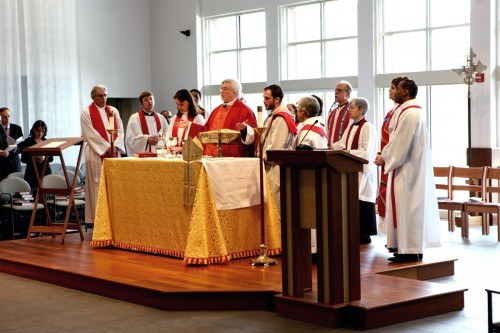 Pierre Whalon, obispo de la Convocación de Iglesias Episcopales en Europa, celebra la Santa Eucaristía el 1 de febrero durante la ordenación de la Rda. Fanny Sohet Belanger (de pie a la derecha de Whalon). Foto de Harvey Bale.
