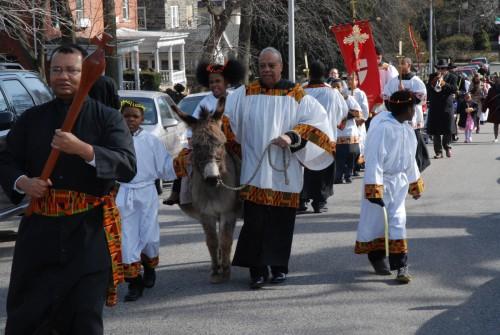 La congregación de la iglesia episcopal de Santo Tomás, Filadelfia, durante la procesión del Domingo de Ramos en marzo de 2013.