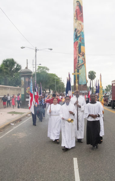 Episcopalians processed from Epiphany Cathedral on Independence Avenue down George Washington Avenue, better known as the malecón, to the ministry of culture for the closing Eucharist of the 56 annual Diocese of the Dominican Republic Diocesan Convention. Photo: Julius Ariail