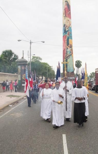Los episcopales desfilan en procesión, por la avenida George Washington, más conocida como el Malecón, desde la catedral de la Epifanía en la Avenida Independencia hasta el Ministerio de Cultura, para la eucaristía de clausura de la 56ª. Convención Anual de la Diócesis de la República Dominicana. Foto de Julius Ariail.